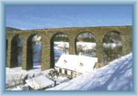 Żelazny wiadukt przez dolinę
